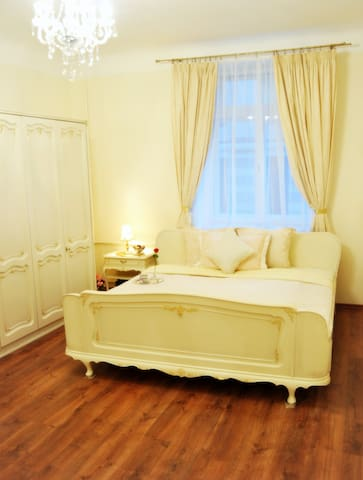 COZY PRIVATE LUXURY  ROOM IN OLD TOWN CENTER :)