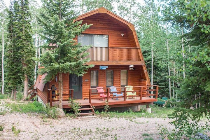 Pinehaven Retreat -Charming log cabin with beautiful views of the area! Enjoy the fresh mountain air while you BBQ on the deck. Easy access to the lifts, shopping, and restaurants.