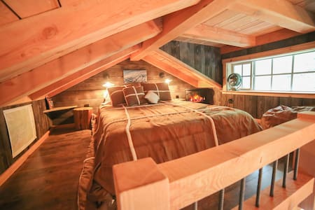 ~Hansel Creek Loft Cabin! Creek Views on 150 Acres