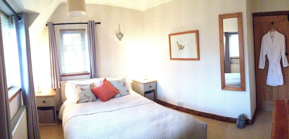 Stylish double, private bath & own guest lounge