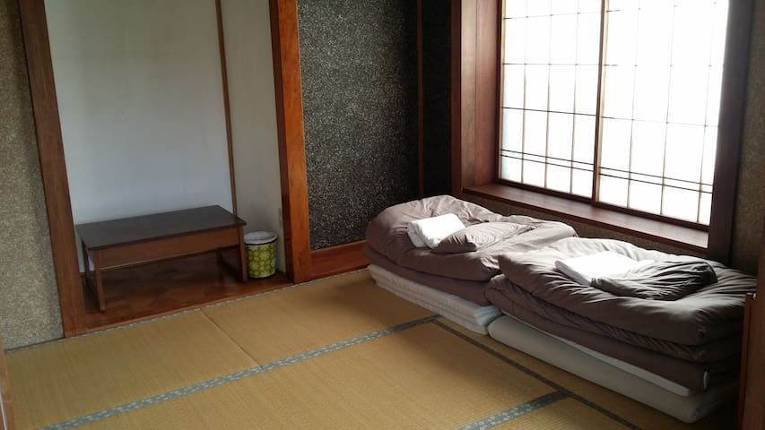 Kadoya Backpackers Base -futon room