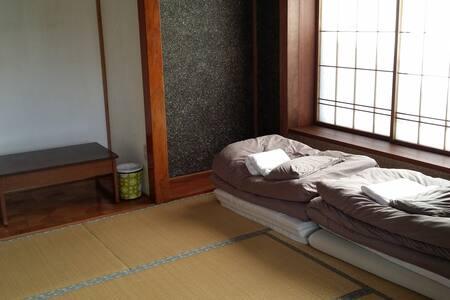 Kadoya Backpackers Base -futon room
