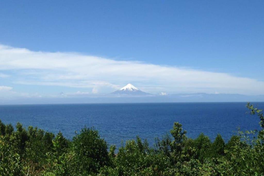 Increible vista desde la terraza al lago y Volcan