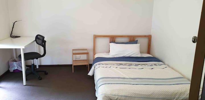 Bedroom in house 5 min walk to Caulfield Monash