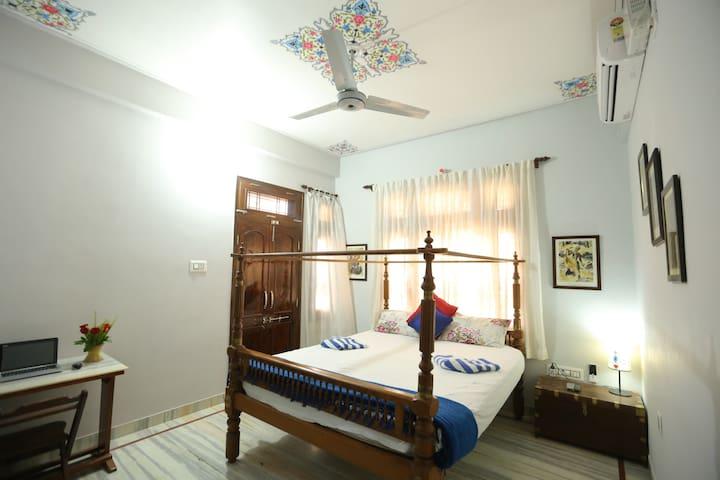 bedroom1 (king bed)