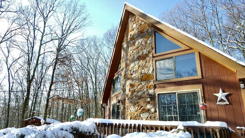 Cozy Pocono Chalet w/ Hot Tub & Tree House