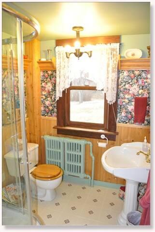 Bedroom 7 Bathroom