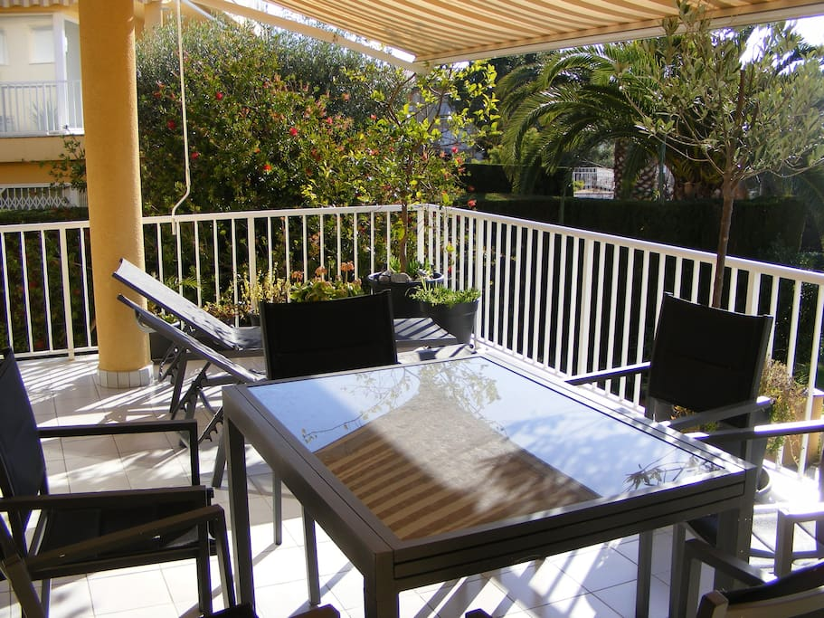 The Apartment Terrace, 25 m² (with awning, dining table for 6, 2 sun beds & gas barbecue)