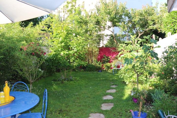 Maison bleue avec jardin