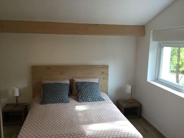 Chambre avec lit en 160 + fauteuil transformable en lit une place