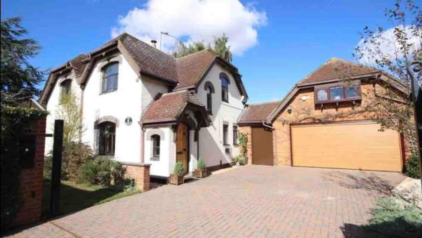 Quiet countryside cottage close to Luton Airport