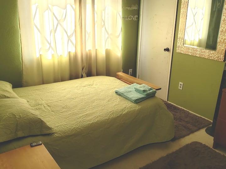 Private Room on a quiet cul de sac, 3mi from beach