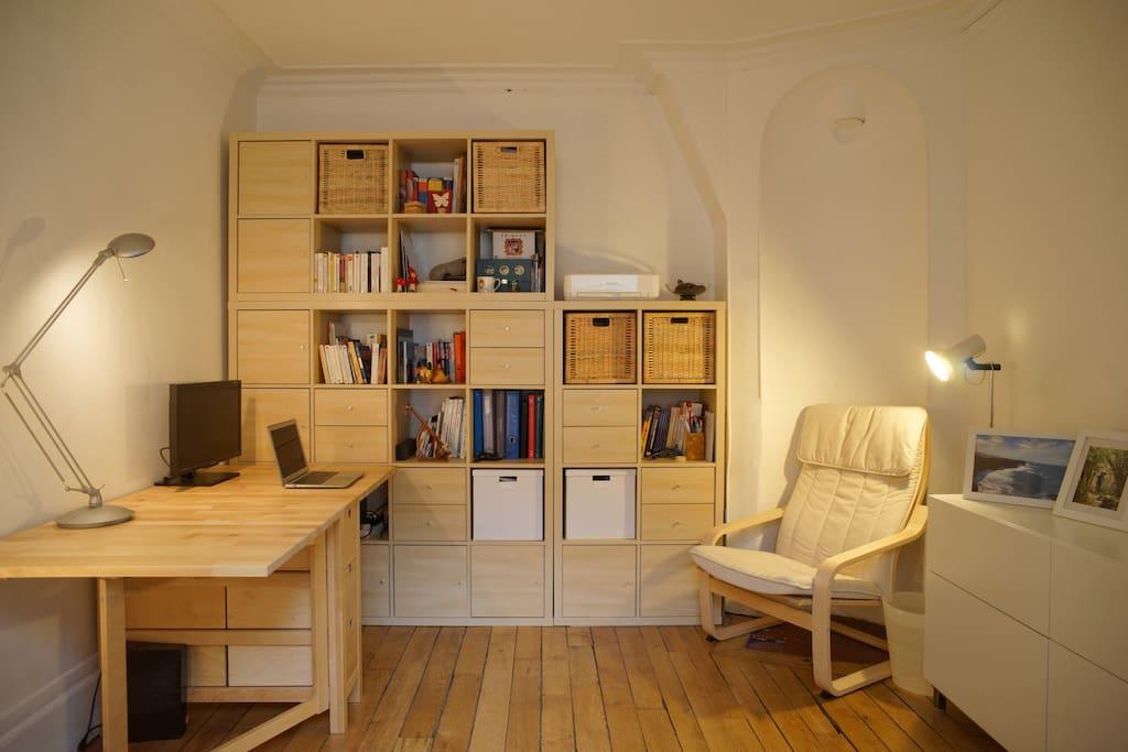 chambre adorable au coeur de paris appartements louer paris le de france france. Black Bedroom Furniture Sets. Home Design Ideas