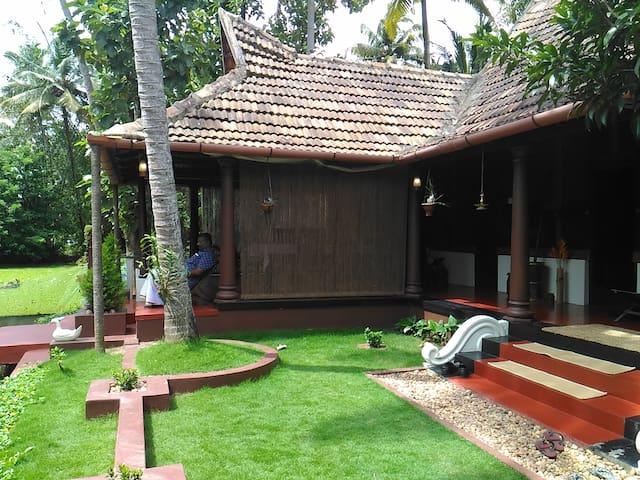 Canal View Premium Wooden Heritage Double Room - Kerala - Bed & Breakfast