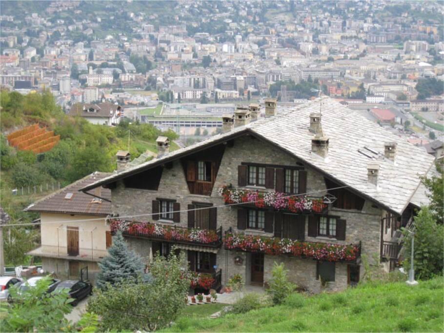 la casa con Aosta sullo sfondo
