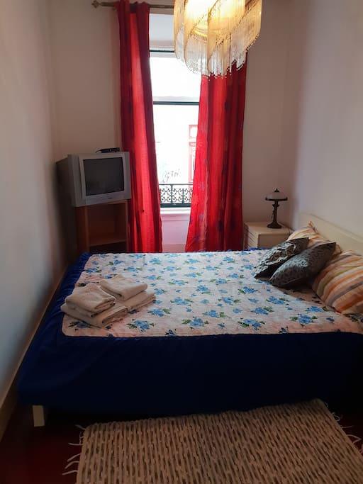 Um quarto simples ,mas aconchegante, com janela para a rua, cama de casal, Tv à cabo,espelho,escrivaninha, roupeiro embutido. Fica de frente para casa de banho,