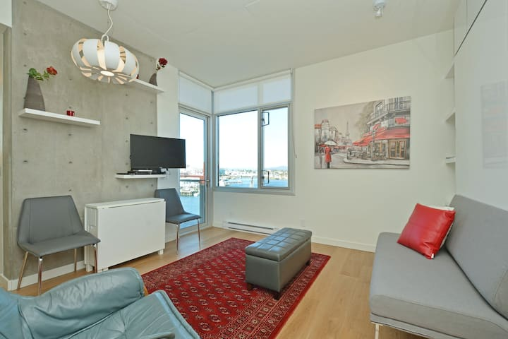 ★ WATERFRONT CONDO IN THE ❤︎ OF TOWN ★
