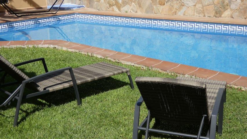 Een modern  huis met zwembad, dichtbij Sitges