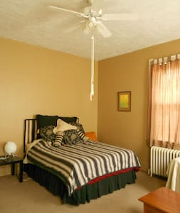 Apt w/everything you need right around the corner! - Cincinnati - Apartment
