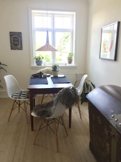 Min stue med større spisplads -kan benyttes, hvis I er 4 pers.