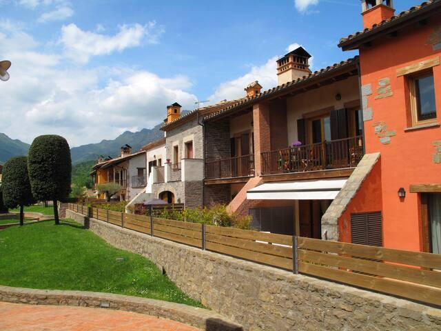 Soleada casita en la Vall d'en Bas en La Garrotxa