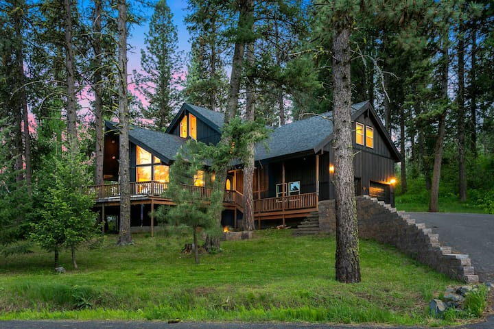 Spacious Wooded Getaway Cabin near McCall