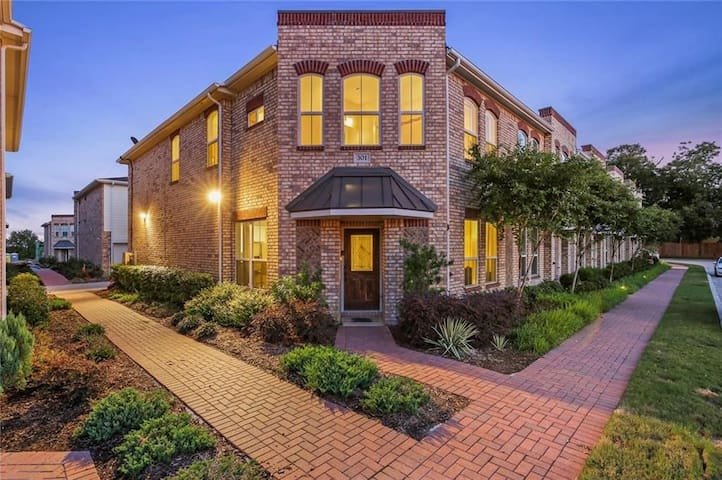 URBAN LUXURY IN OLD TOWN LEWISVILLE FOR UP TO 8