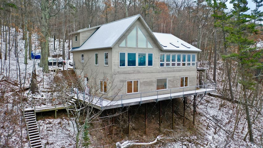 The Cliff House: 3+ BR Cliff Home in Beautiful Harbor Springs (sleeps 14)