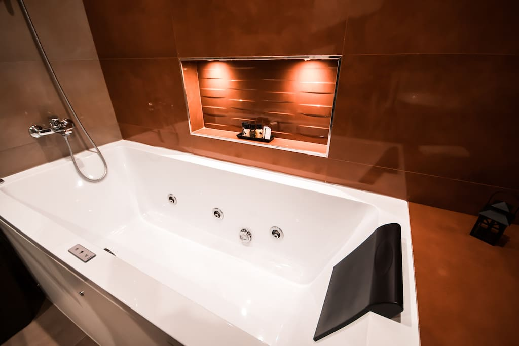 Jacuzzi bath in the private bathroom