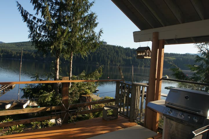 Charming Lake Cavanaugh Retreat