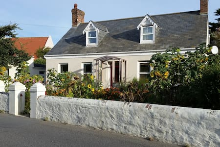 Traditional Guernsey Cottage -  Castel - Дом