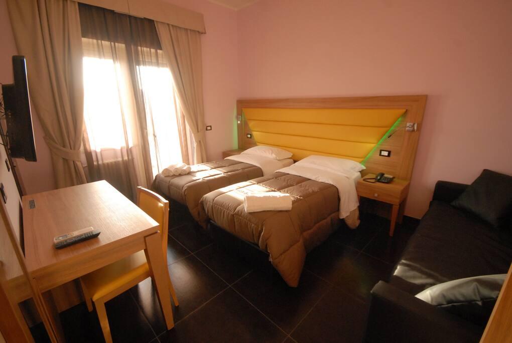 camera matrimoniale con divano letto con balcone