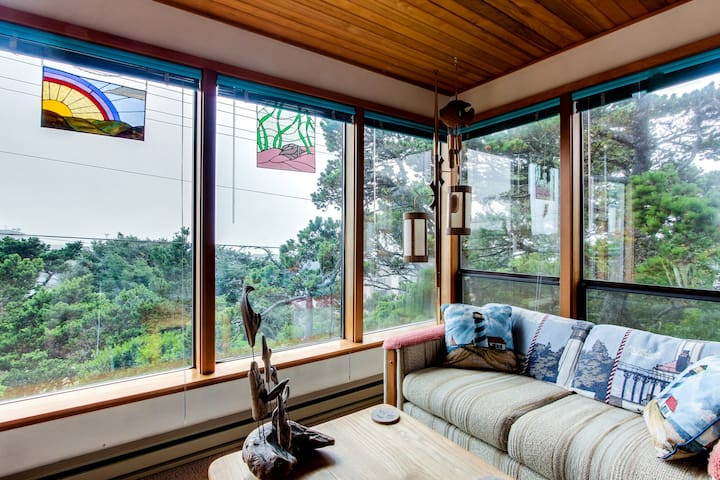 Adorable dog-friendly home in historic Deco District - short walk to beach