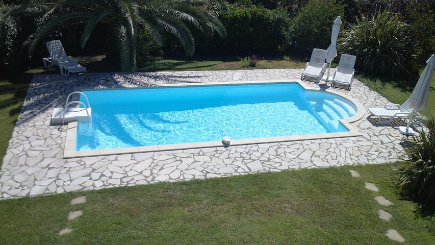 villa à 160 m de la plage de sable fin +piscine