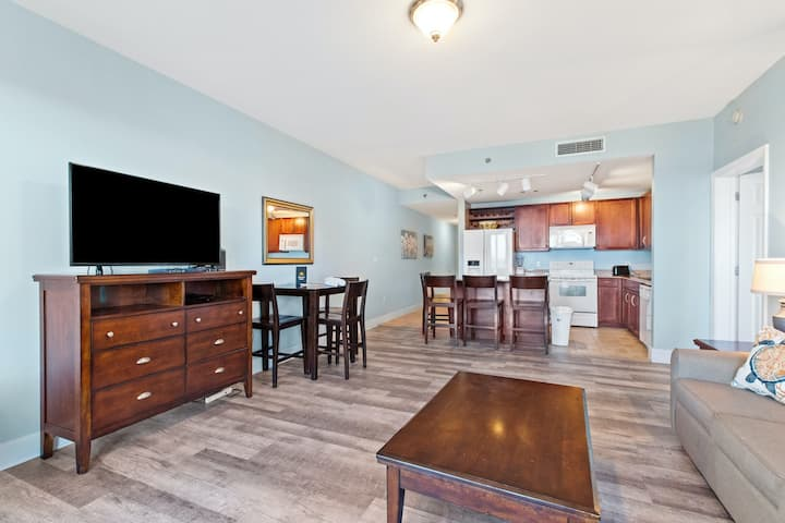 Charming, family friendly condo with lake views, central AC, and beach access!