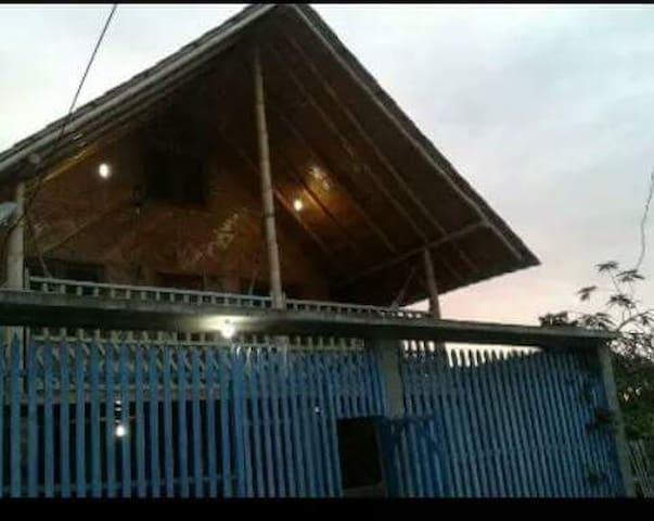 La parte de arriba esta construida con materila del medio: caña y madera, que aporta frescura a la casa