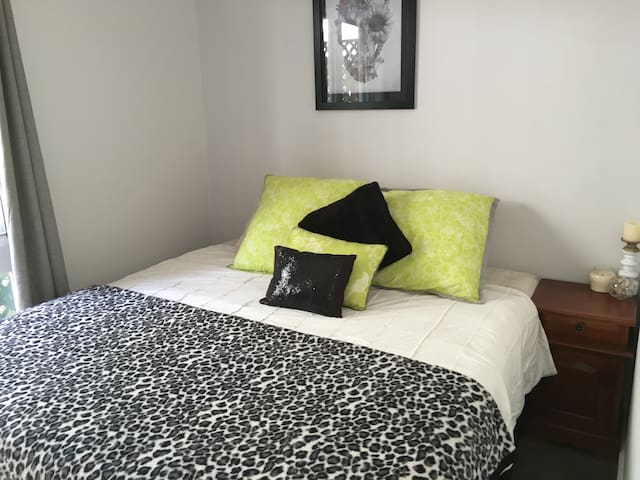 Comfortable private room, king bed - New Lambton Heights - Casa