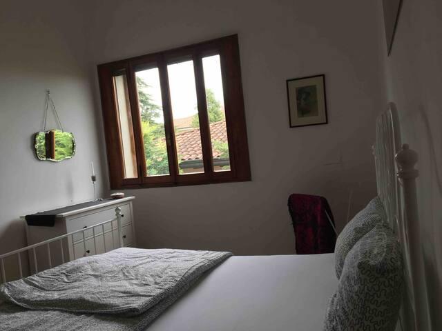 Schlafzimmer mit Fenster in Richtung Norden zur Siedlung.