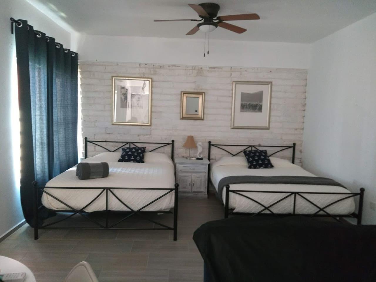 Dos camas queen, futon mesa para 4, cocineta, TV, baño completo