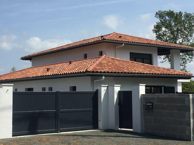 Maison familiale individuelle avec jardin et spa