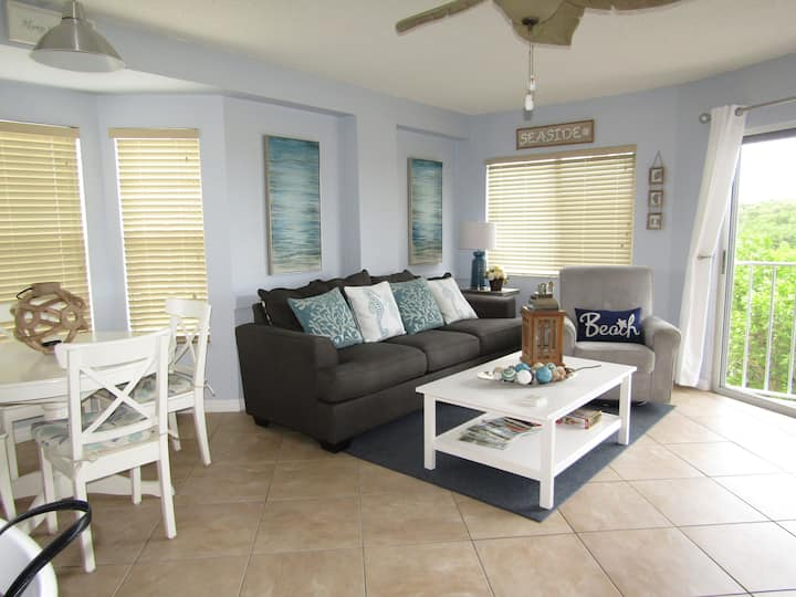 Tropical Breezes/Blowing Palm Trees Seaside Condo