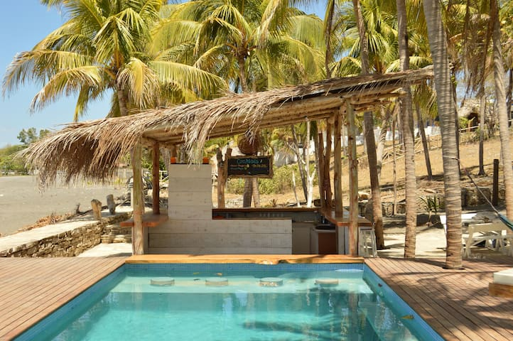 Luxury Beachfront  Accommodation & Ocean View Pool