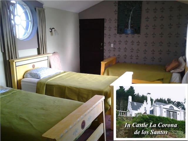 Versatile Triple Room in CR Castle - Santa Cruz de León Cortés - Zamek
