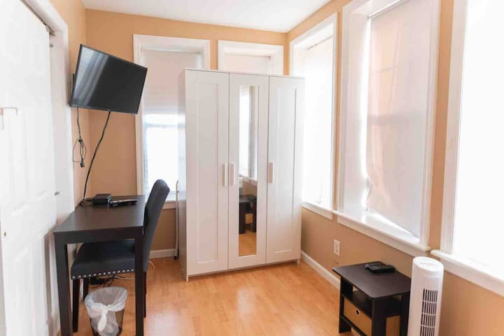 Nice and Bright room 25min to NYC 5min walk to bus