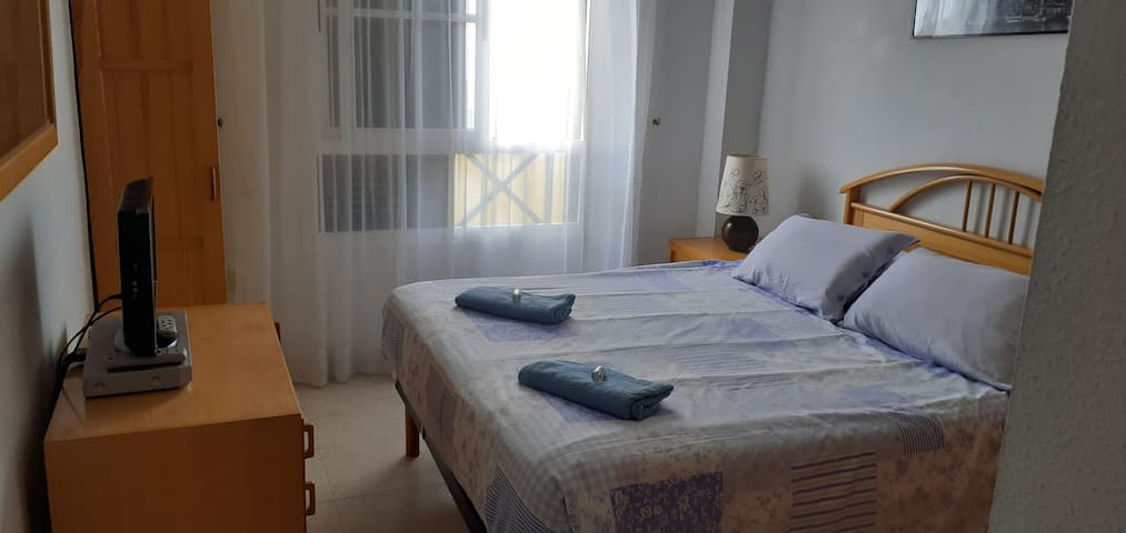 """Amplia """"habitación deluxe"""" con una cama grande para 2 personas, amplios armarios, televisión, ventilador de techo y totalmente amueblado, con decoración en madera."""