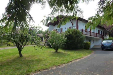 Appartement en RZ  d'une maison - Bardos