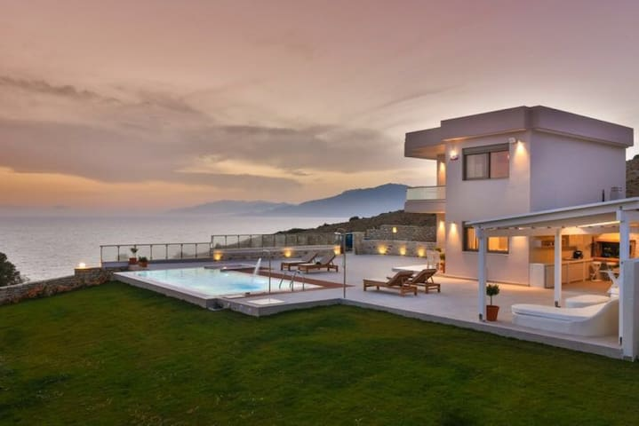 Villa Delfini 2 , Luxury close to the ocean - Kalamaki