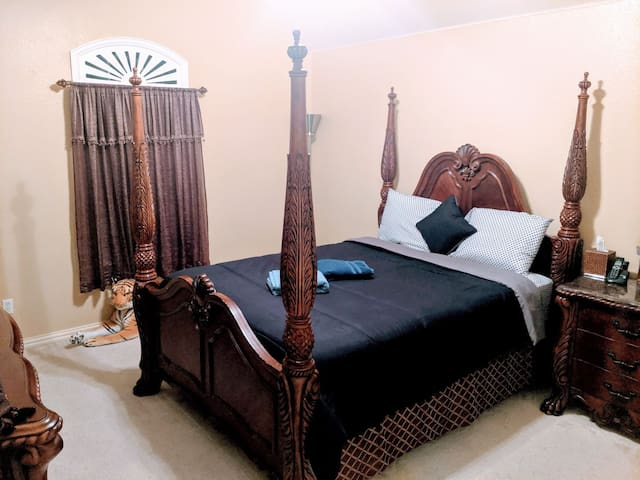 Private comfortable bedroom with Bathroom!