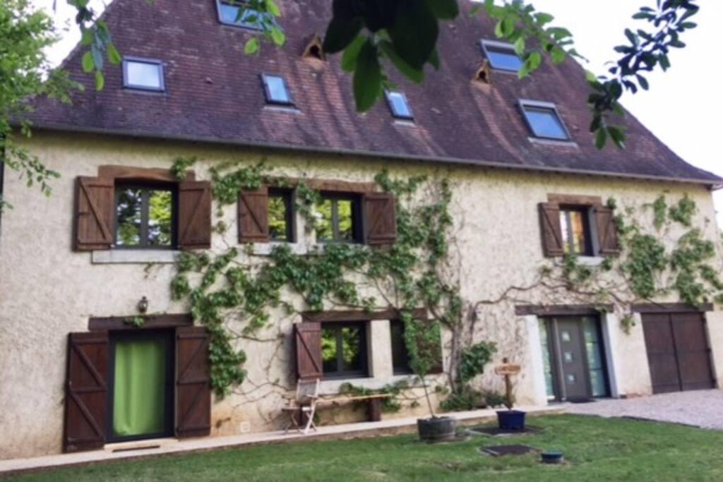 L'entrée du studio est en bas à gauche (rideau vert)