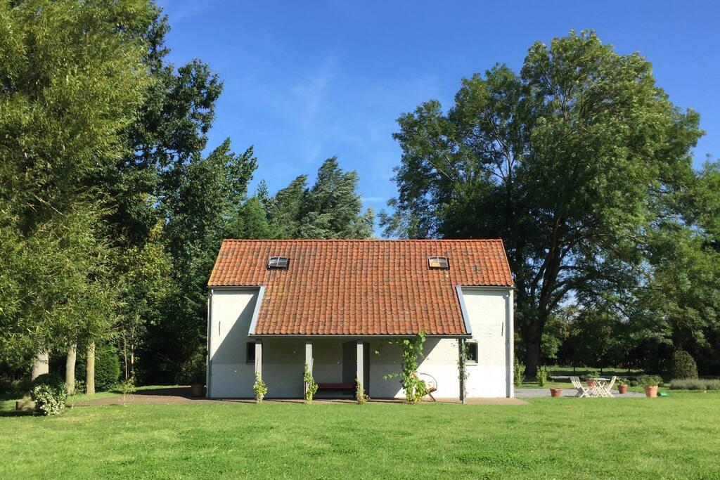 La terrasse (en bois) ainsi que le auvent permettent de profiter confortablement du cadre (transats, chaises et petites tables, sont à disposition).